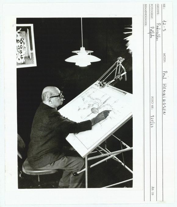 保尔·汉宁森在画手稿时