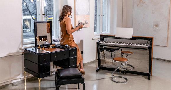 """PH梳妆台、PH三角钢琴(从左到右),钢琴旁的椅子为""""蛇椅"""""""