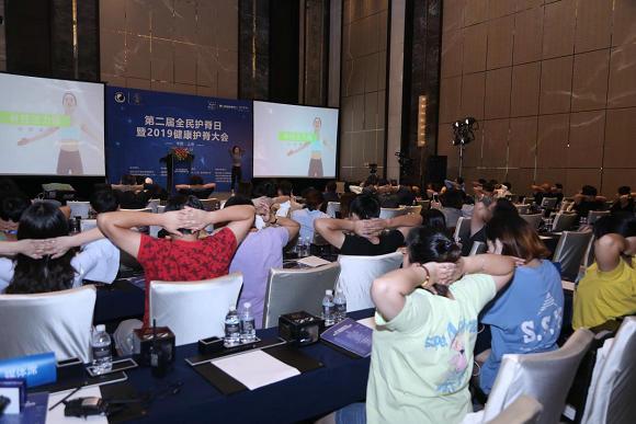 中国疾病预防控制中心活力脊骨操推广大使孝文现场向与会嘉宾演示脊骨活力操