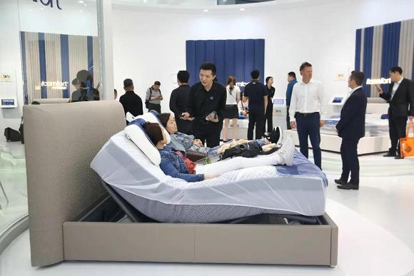 顾客在展会中体验舒达iComfort智能床