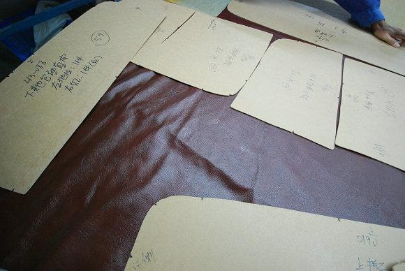图1 人工裁皮
